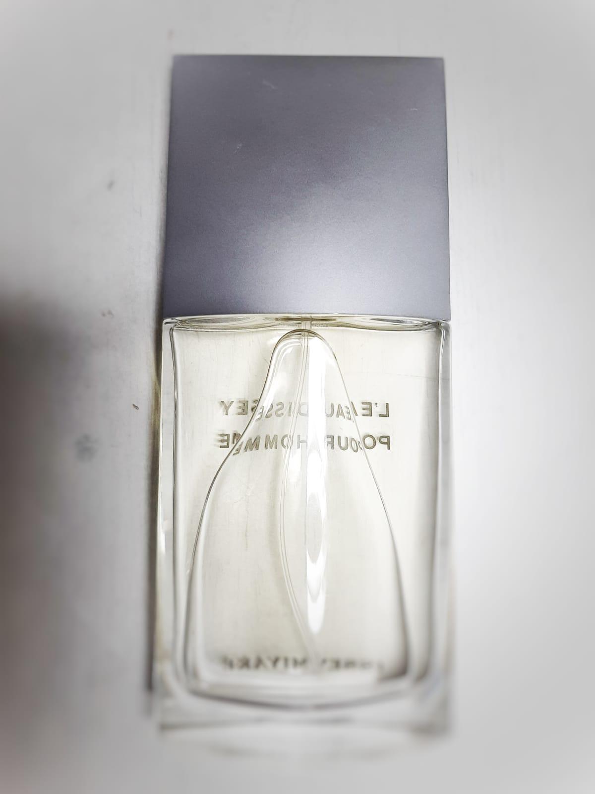 imagen de un envase de perfume con exceso de plástico